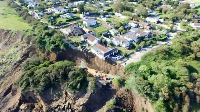 Imagini dramatice: o casă s-a prăbușit de pe stâncă. O mamă cu 5 copii a rămas pe drumuri - Imaginea 2