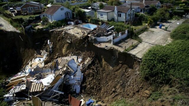 Imagini dramatice: o casă s-a prăbușit de pe stâncă. O mamă cu 5 copii a rămas pe drumuri - Imaginea 3