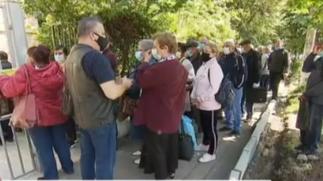 Zeci de bucureșteni au stat la coadă să-și depună dosarele de pensii. Reacția directorului Casei de pensii - Imaginea 2