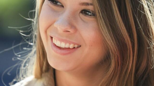 Transformare remarcabilă pentru Bindi Irwin, fiica Vânătorului de crocodili. S-a căsătorit și îi calcă pe urme tatălui său - Imaginea 2