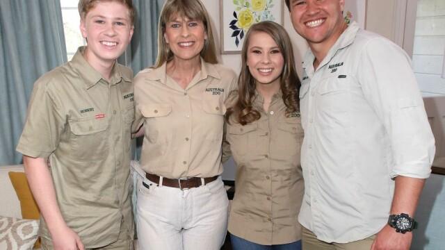 Transformare remarcabilă pentru Bindi Irwin, fiica Vânătorului de crocodili. S-a căsătorit și îi calcă pe urme tatălui său - Imaginea 3