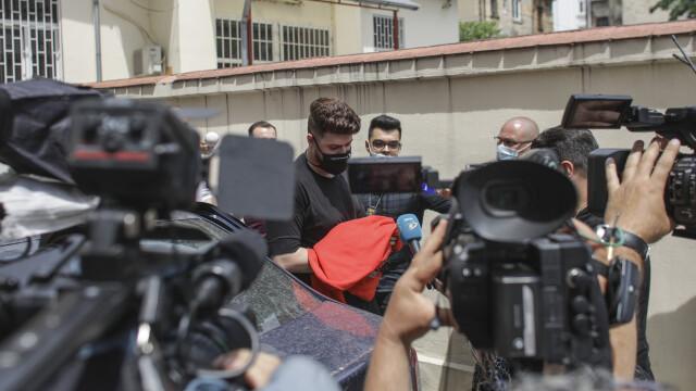 FOTO. Ce scria pe masca purtată de vloggerul Colo când a fost adus sub escortă la Parchet - Imaginea 1