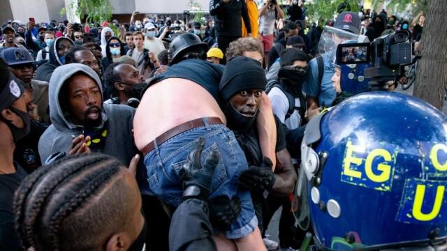 """""""Black Lives Matter"""", imaginile zilei. Un protestatar de culoare salvează un extremist alb - Imaginea 1"""