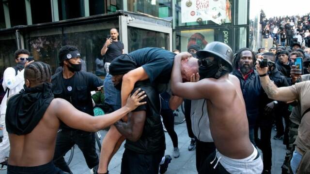 """""""Black Lives Matter"""", imaginile zilei. Un protestatar de culoare salvează un extremist alb - Imaginea 2"""