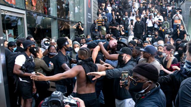 """""""Black Lives Matter"""", imaginile zilei. Un protestatar de culoare salvează un extremist alb - Imaginea 5"""