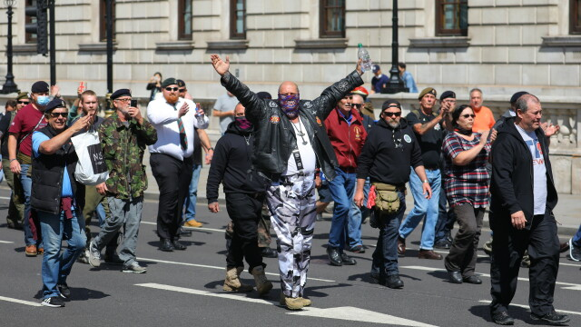 """""""Black Lives Matter"""", imaginile zilei. Un protestatar de culoare salvează un extremist alb - Imaginea 8"""