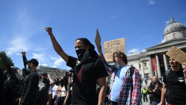 """""""Black Lives Matter"""", imaginile zilei. Un protestatar de culoare salvează un extremist alb - Imaginea 11"""