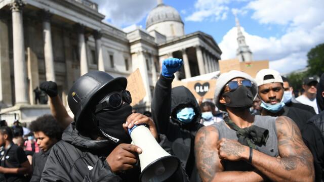 """""""Black Lives Matter"""", imaginile zilei. Un protestatar de culoare salvează un extremist alb - Imaginea 12"""