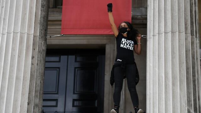 """""""Black Lives Matter"""", imaginile zilei. Un protestatar de culoare salvează un extremist alb - Imaginea 13"""