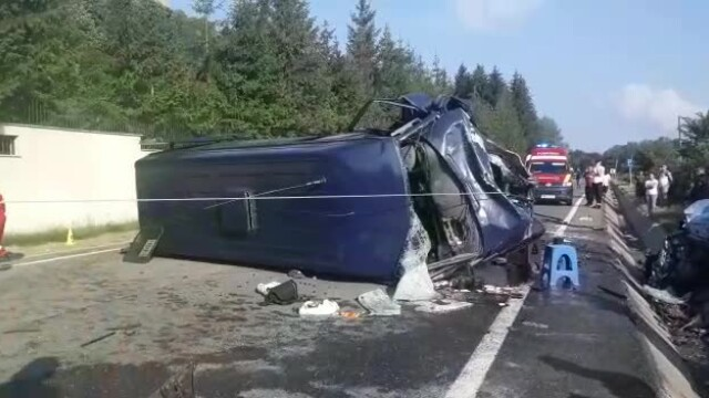 Doi morţi şi 16 răniţi după ce un microbuz şi un autoturism s-au ciocnit în Vrancea - Imaginea 1