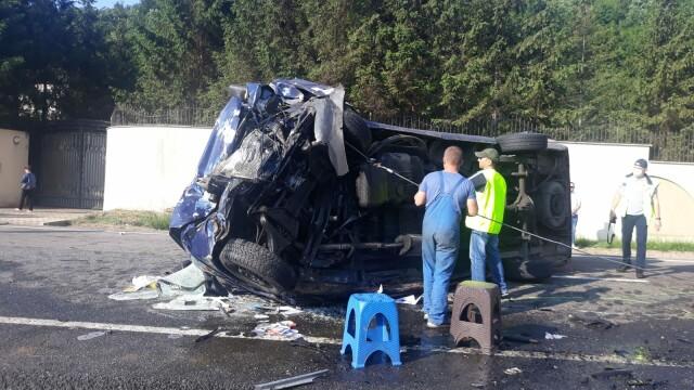 Doi morţi şi 16 răniţi după ce un microbuz şi un autoturism s-au ciocnit în Vrancea - Imaginea 2