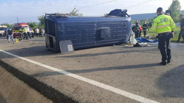 Doi morţi şi 16 răniţi după ce un microbuz şi un autoturism s-au ciocnit în Vrancea - Imaginea 4
