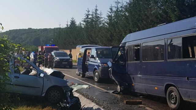 Doi morţi şi 16 răniţi după ce un microbuz şi un autoturism s-au ciocnit în Vrancea - Imaginea 5