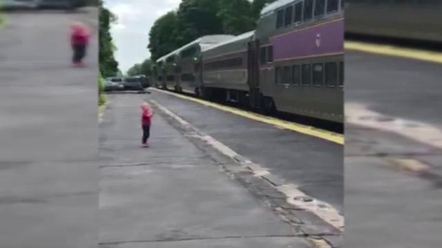 Motivul pentru care un copil de 3 ani așteaptă trenul în gară în fiecare dimineață