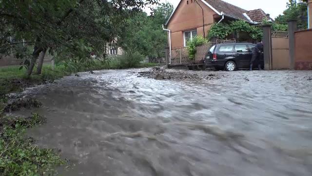 Sute de gospodării inundate, trafic întrerupt și trenuri blocate. Ce au lăsat furtunile în urma lor