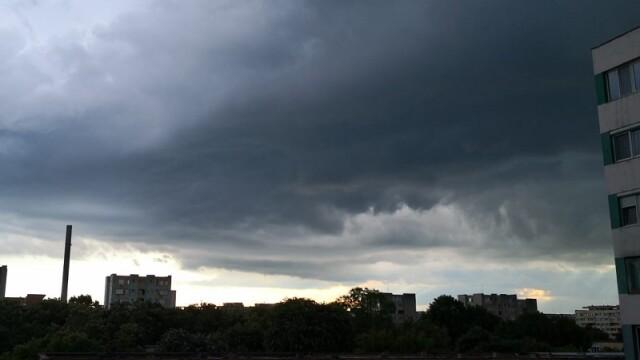 Furtuna a făcut ravagii în București și Ilfov. Pasaje, intersecții și bulevarde, inundate - Imaginea 2