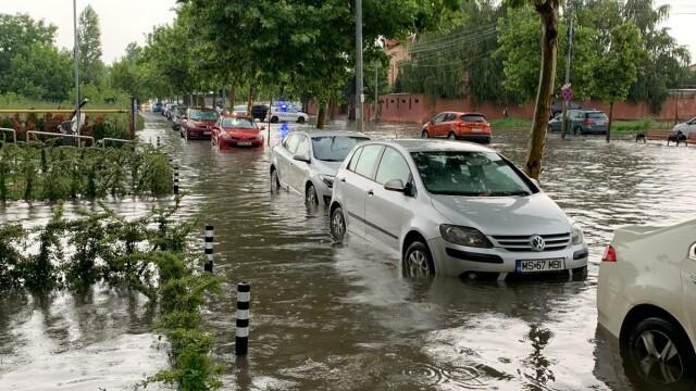 Furtuna a făcut ravagii în București și Ilfov. Pasaje, intersecții și bulevarde, inundate - Imaginea 4