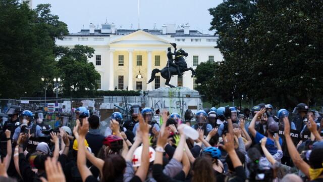 Violențe lângă Casa Albă. Protestatarii au vrut să dărâme statuia președintelui Jackson - Imaginea 3