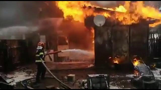 """Casă mistuită de flăcări în Bacău. Copiii au scăpat, părinții au șanse minime de supraviețuire. """"Spunea că moare, moare"""""""