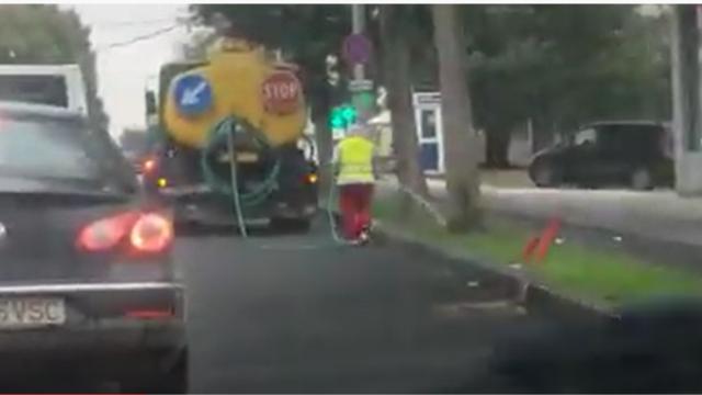 Un angajat al Primăriei Constanța a udat iarba pe o ploaie torențială. VIDEO