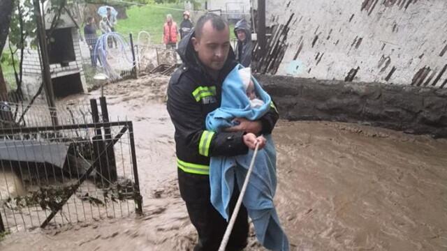 """Cine este Ciprian, pompierul care a salvat un bebeluș de viitură: """"Eram în timpul liber"""""""