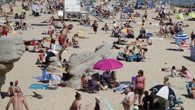 Mii de oameni s-au înghesuit pe plajă în Marea Britanie. Autoritățile se tem de un al doilea val de Covid - Imaginea 4