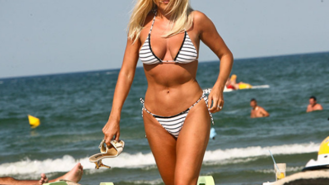 Elena Udrea, la plajă cu familia. Fotografia postată de soțul ei pe Facebook - Imaginea 2