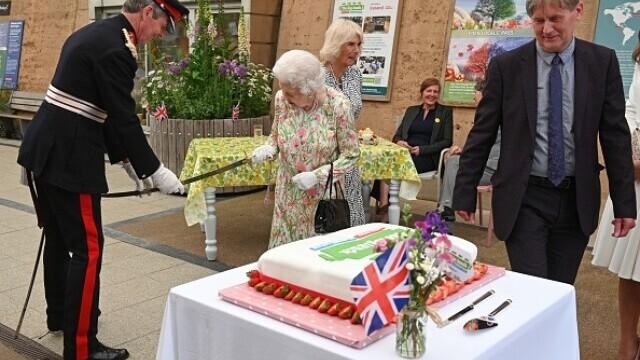 Regina Elisabeta a II-a a tăiat un tort cu o sabie. Ce le-a spus celor prezenți încât a stârnit hohote de râs - Imaginea 3