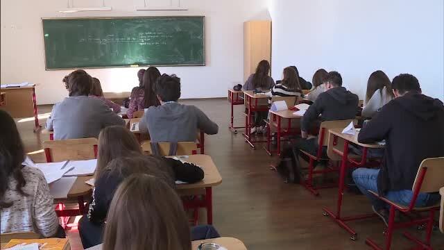 O treime dintre elevii români fac meditații. Părinții cheltuiesc în medie 334 lei/lună