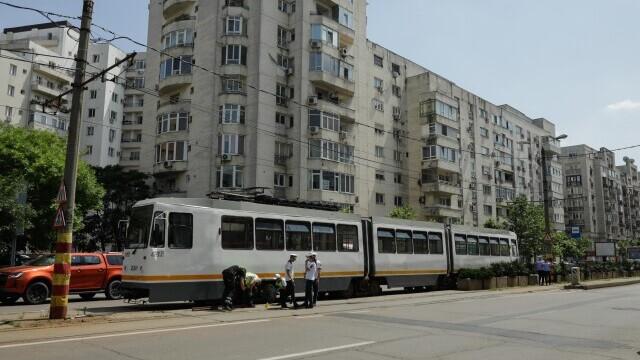 Incident grav în București. O șină s-a desprins, a trecut prin podeaua unui tramvai și a rănit un bărbat - Imaginea 5