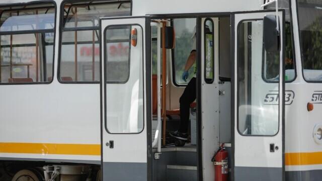 Incident grav în București. O șină s-a desprins, a trecut prin podeaua unui tramvai și a rănit un bărbat - Imaginea 4