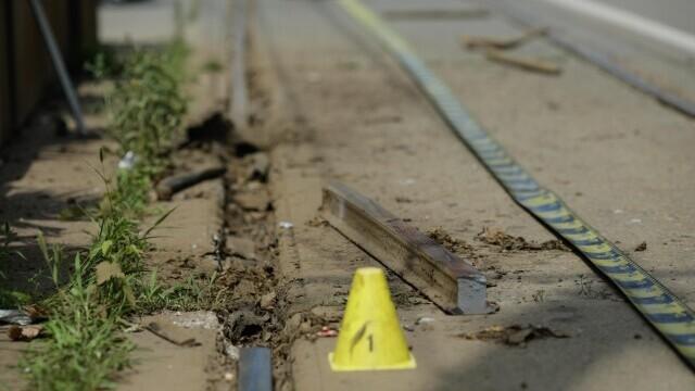 Incident grav în București. O șină s-a desprins, a trecut prin podeaua unui tramvai și a rănit un bărbat - Imaginea 1