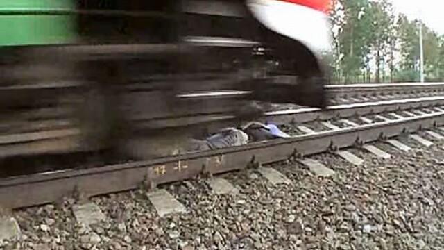 CUTREMURATOR! Mama calcata de tren, chiar sub ochii fiicei!