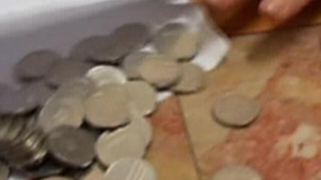 Fetita de doi ani, luata de Salvare cu o moneda de 10 bani in gat!
