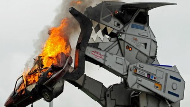 Uite-l pe ROBOSAURUS: monstrul de 30 de tone care mananca masini! VIDEO - Imaginea 1