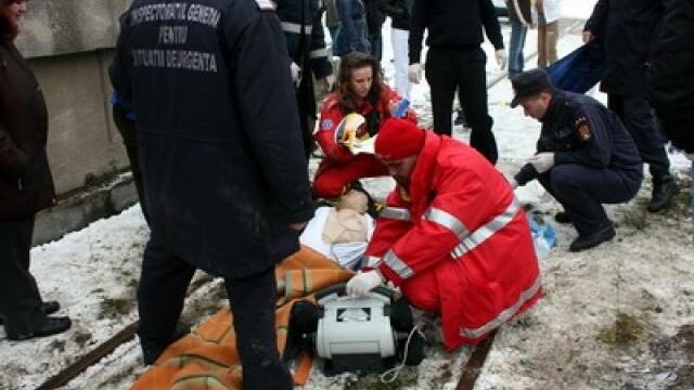 Lugoj: 2 masini s-au ciocnit, una a cazut in gol de pe un pod. 5 raniti