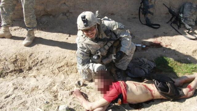 Soldat american care pozeaza alaturi de cadavrul unui afgan civil