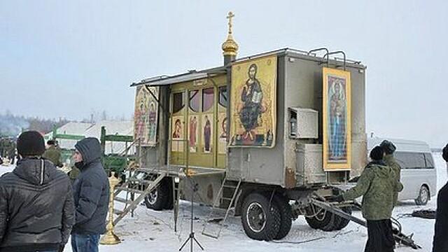 FOTO. Regimentul lui Dumnezeu, parasutat pe front pentru soldatii rusi. Cum arata biserica mobila