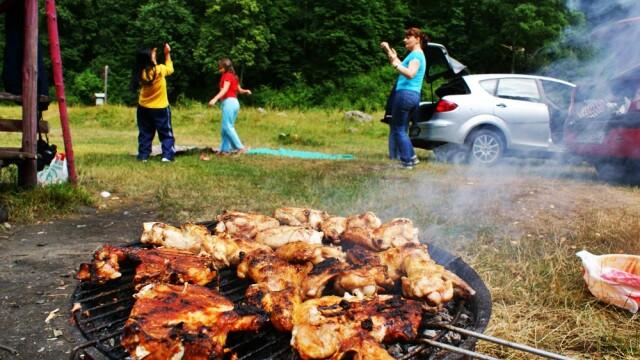Nori de fum si miros de carne fripta au plutit peste tara. Zi de antrenamente pentru 1 Mai