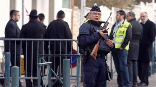 Si-a filmat crimele. Atacatorul din Toulouse avea la gat o camera de luat vederi - Imaginea 1