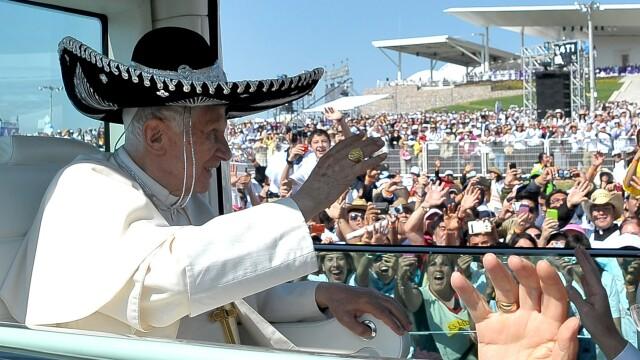 Imaginea zilei: Papa Benedict al XVI-lea a purtat sombrero la o plimbare cu papamobilul prin Mexic - Imaginea 4