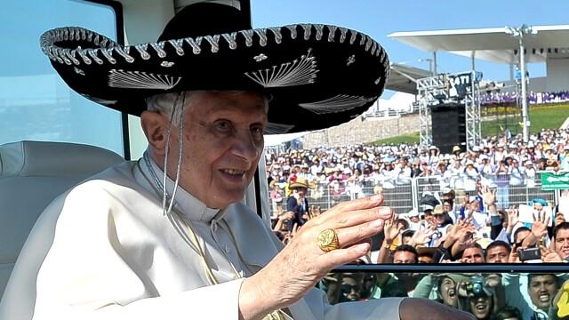 Imaginea zilei: Papa Benedict al XVI-lea a purtat sombrero la o plimbare cu papamobilul prin Mexic - Imaginea 3