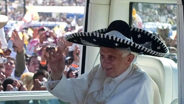 Imaginea zilei: Papa Benedict al XVI-lea a purtat sombrero la o plimbare cu papamobilul prin Mexic - Imaginea 1