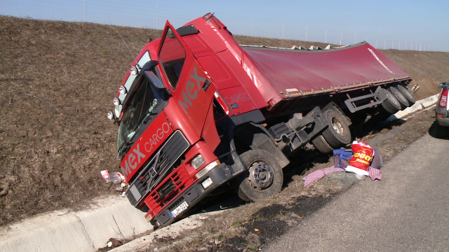 Colete din Ungaria imprastiate pe drum, langa Timisoara. Un tir a ajuns de pe autostrada, in sant - Imaginea 1