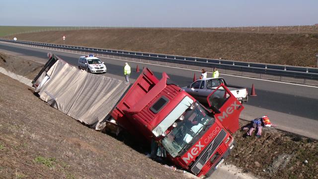 Colete din Ungaria imprastiate pe drum, langa Timisoara. Un tir a ajuns de pe autostrada, in sant - Imaginea 2