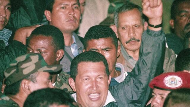Povestea lui Hugo Chavez in 10 imagini: crescut in saracie alaturi de 6 frati, a ajuns erou national - Imaginea 15