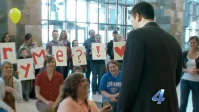 VIDEO. Si-a cerut iubitul in casatorie printr-un flash-mob. Reactia lui a luat-o prin surprindere