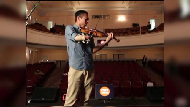 Tanarul care a reusit sa invinga destinul.A ajuns violonist profesionist,desi s-a nascut fara o mana