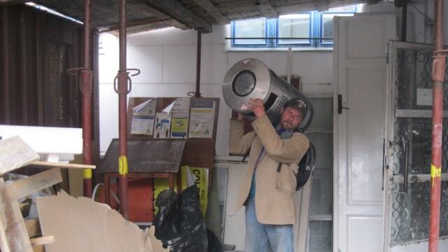 barbat cu cos de gunoi in spate