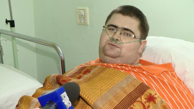 Barbatul care cantareste peste 300 de kilograme a ajuns la Spitalul din Timisoara, si va fi operat. \
